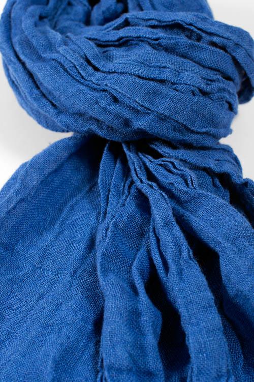 Blauer Leinenschal mit Fransen.