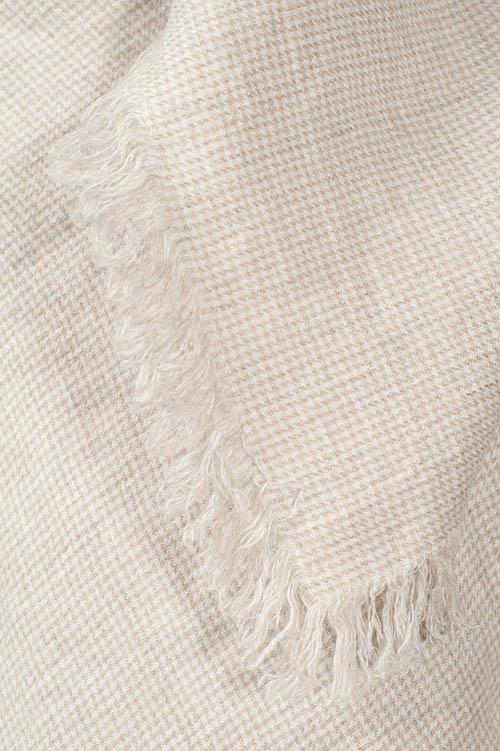 Damen-Tuch aus Leinen, klein weiß-natur kariert, mit Fransen.